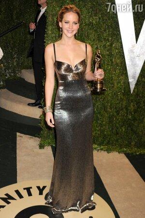 Дженнифер Лоуренс в платье от Calvin Klein на вечеринке Vanity Fair Oscar party в 2013 году