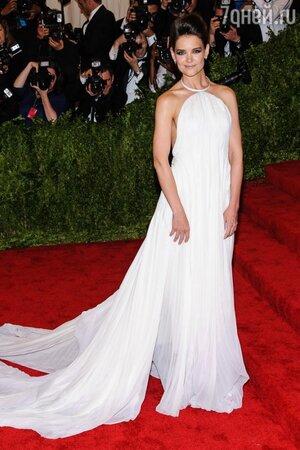 Кэти Холмс в платье от Calvin Klein на красной дорожке Met Gala в 2013 году