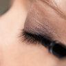 Неброский smoky eyes в кофейно-лиловых тонах смотрится очень элегантно и женственно.