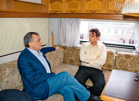 В персональном грим вагоне Домогарова продюсер Юрий Глоцер обсуждает с актером предстоящую поездку в Америку