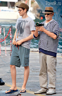 С сыном Сойером (всего у четы Спилберг — Кэпшоу семеро детей, включая приемных). Портофино, июль 2011 г.