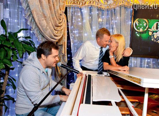 Песню о любви для Оксаны и Алексея исполняет Евгений Гор