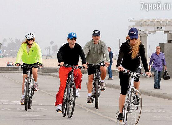 Семейная прогулка на велосипедах: Голди Хоун, Мэттью Беллами, КуртРасселл и Кейт Хадсон. Лос-Анджелес, 2011 г.