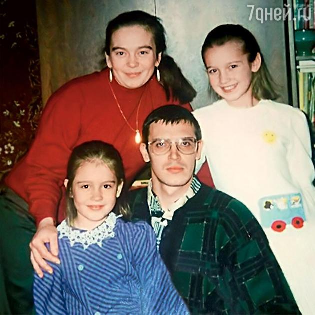 Ольга Бузова с сестрой Аней, мамой Ириной Александровной и папой Игорем Дмитриевичем