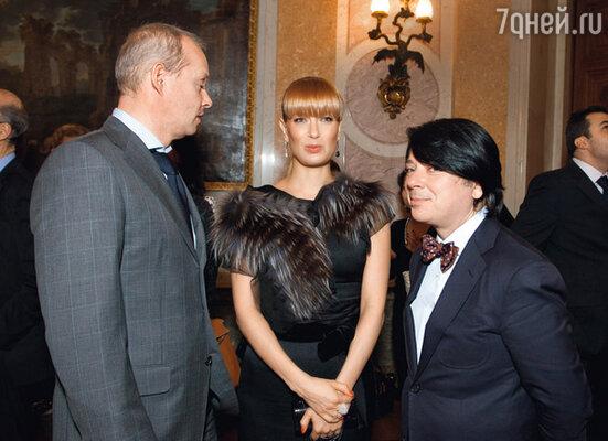Олеся Судзиловская с мужем Сергеем и Валентином Юдашкиным