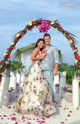 Катя Волкова смужем Андреем Карповым во время свадебной церемонии наМальдивах