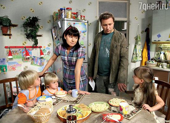 Со своей экранной семьей в сериале «Воронины»
