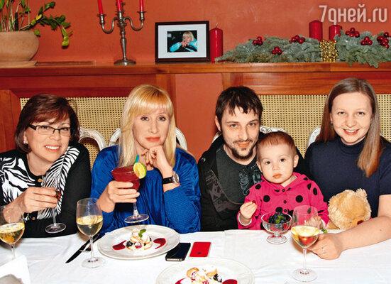 Оксана Пушкина, Ирина Роднина с сыном Александром, невесткой Еленой и внучкой Софьей