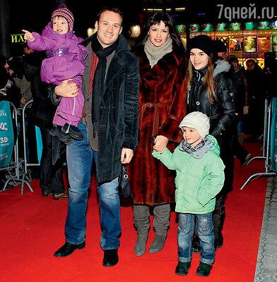 Анатолий Белый с женой Инессой Москвичевой, еедочерью от первого брака Катей и их общими детьми Максимом и Викой