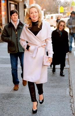Шарон Стоун знает, что светлое пальто очень освежает лицо