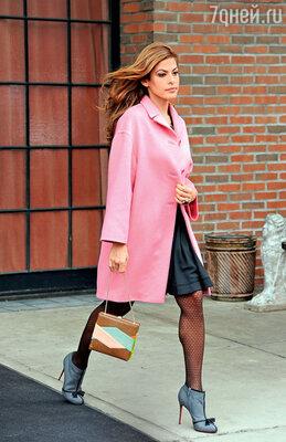 Эва Мендес выбирает приковывающий внимание розовый цвет