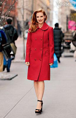 Выбор Джессики Честейн: яркое двубортное пальто с расширенным воротником
