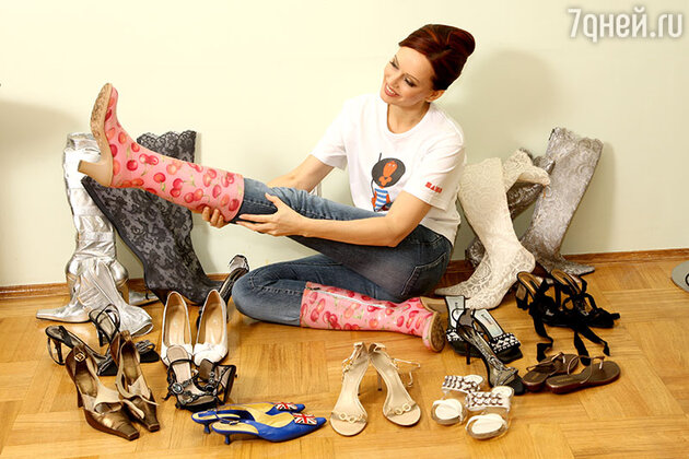 Резиновые сапоги на каблуке, купленные в Венеции, и две пары кружевных сапожек, сшитые на заказ, — подарки Сергея