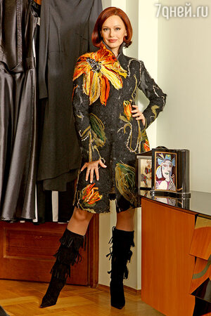 Эксклюзивность этому пальто придают вывязанные пестрые цветы