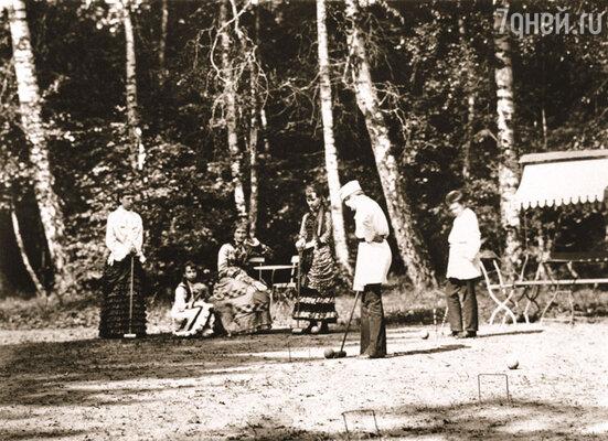 Надежда Филаретовна не умела быть мягкой. Детей она держала на расстоянии вытянутой руки - все они воспитывались в строгости, жен и мужей им подбирала сама. Баронесса фон Мекк с детьми в парке имения Плещеево, 1880-е годы