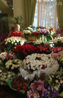 «Счастье — это цветы и любовь!» — утверждает Волочкова и просит: «Найдите меня в этом море цветов!!!» И цветов действительно много — даже больше, чем море, и остается только пожелать Насте океан внимания со стороны любимых  и поклонников не только в день рождения, но и круглый год