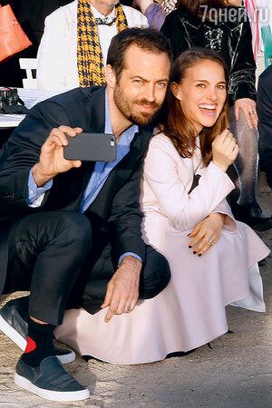 Натали Портман с мужем Бенжаменом Мильпье в Версале. 2015 г.