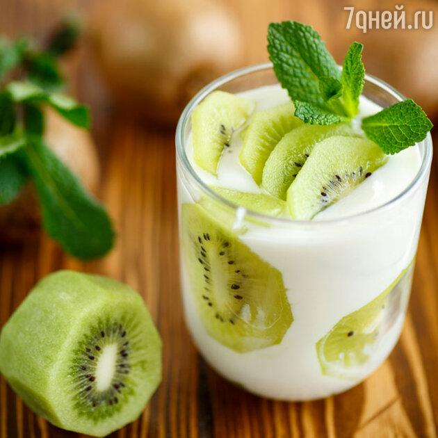 Греческий йогурт с фруктами или сезонными ягодами