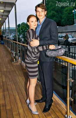 Пока еще известный только пороли в «Обитаемом острове» Василий Степанов со своей девушкой Дарьей натеплоходе «Ласточка»