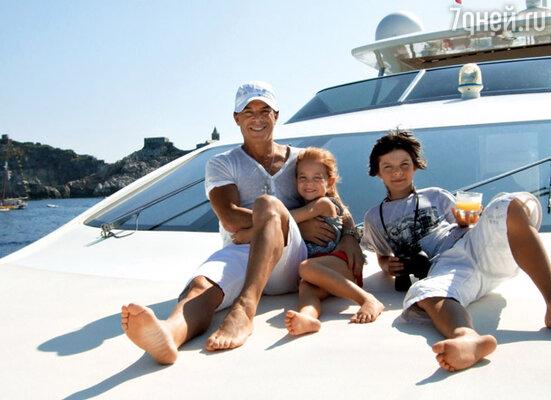 С детьми Филиппом и Марианной во время морской прогулки