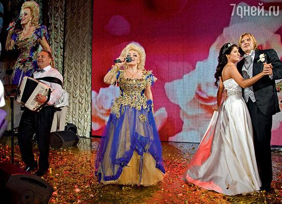 Надежда Кадышева поздравила новобрачных — своего сына Григория Костюка и невестку Анжелику — песней