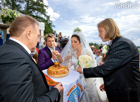 Молодых приветствуют отец жениха Александр Костюк и тамада Николай Басков