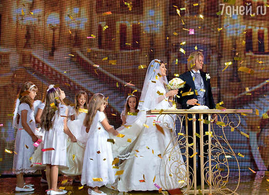 Шлейф невесты несли шесть девочек, а в момент бракосочетания на молодоженов пролился дождь из золотой фольги