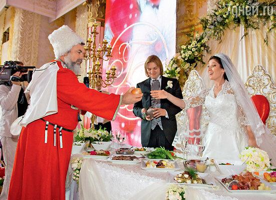 Артисты Кубанского казачьего хора, согласно местной традиции, дарили молодой хозяйке лук и другие овощи с шутливыми пожеланиями