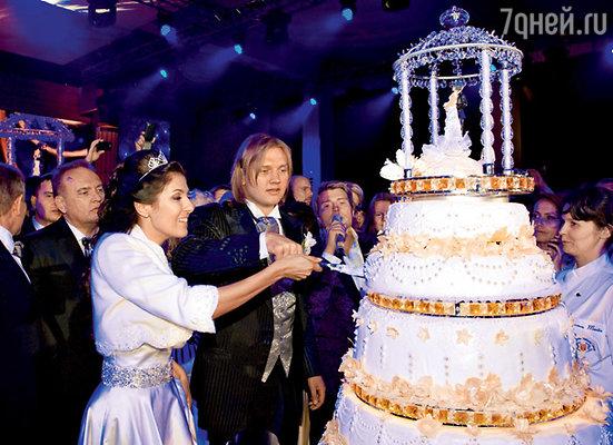 Праздничный торт весом 70 килограммов от итальянского кондитера собирали несколько часов из тысячи сладких деталей