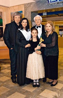 Олег Александрович Стриженов с женой Лионеллой, сыном Александром, снохой Катей и внучкой Сашей