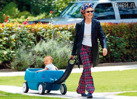 В 1996 году в доме пятидесятилетней актрисы появилась девочка Декстер, а спустя несколько лет — мальчик Дюк. (На снимке с сыном Дюком, 2002 г.)