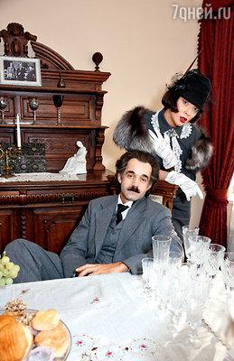 Дмитрий Певцов (Эйнштейн) иОльга Дроздова (Элен)