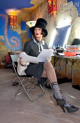 Костюмеры постарались, наряжая Ольгу Дроздову, которая играет модницу-американку