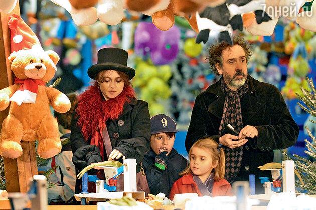 Хелена Бонэм Картер и Тим Бертон с детьми