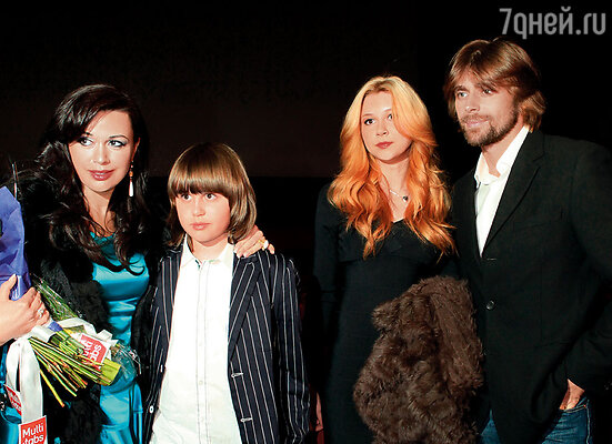 Анастасия с сыном Майки, дочерью Анной и Петром Чернышевым