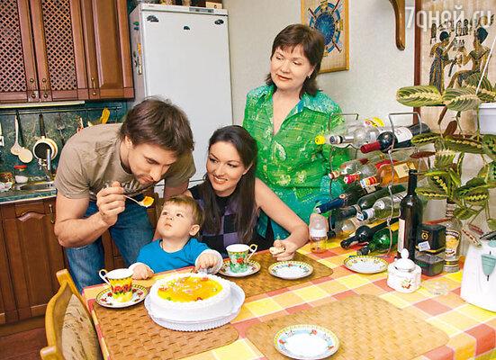 Дружное семейство в сборе. С Юлиной мамой Любовью Митрофановной