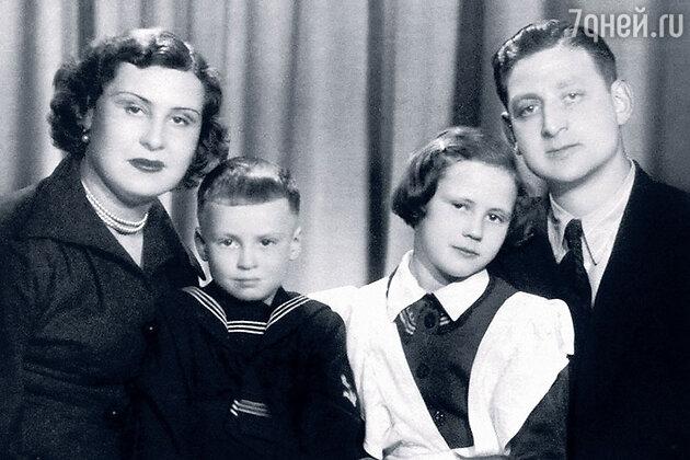 Лариса Мондрус с родителями и братом