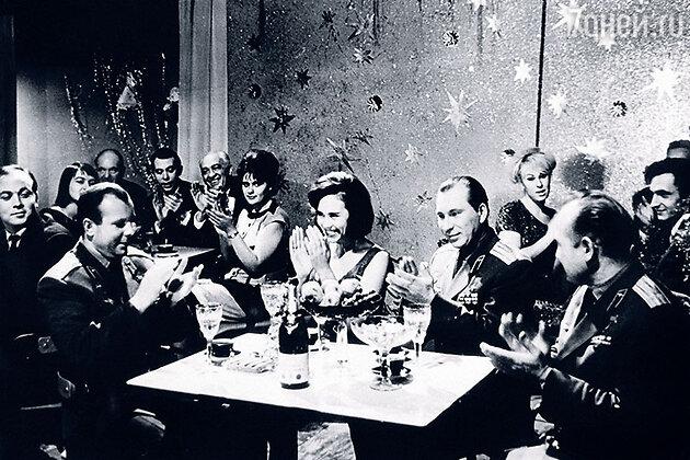 Лариса Мондрус с космонавтами Юрием Гагариным, Алексеем Леоновым, Павлом Беляевым