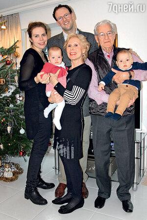 Лариса Мондрус с сыном, его женой и внуками