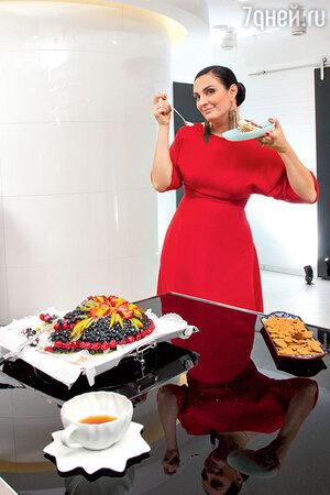 «Все хотят быть стройными, просто не у каждой получается сдерживать себя — так, чтобы съесть одно пирожное, а два других отдать врагу. Сама я, к сожалению, из тех, кто все три слопает»