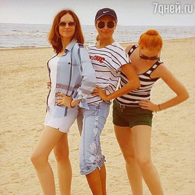 Ирина Безрукова и Екатерина Архарова с подругой
