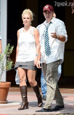 Выбор Бритни Спирс -высокие кожаные сапоги в 25-ти градусную жару