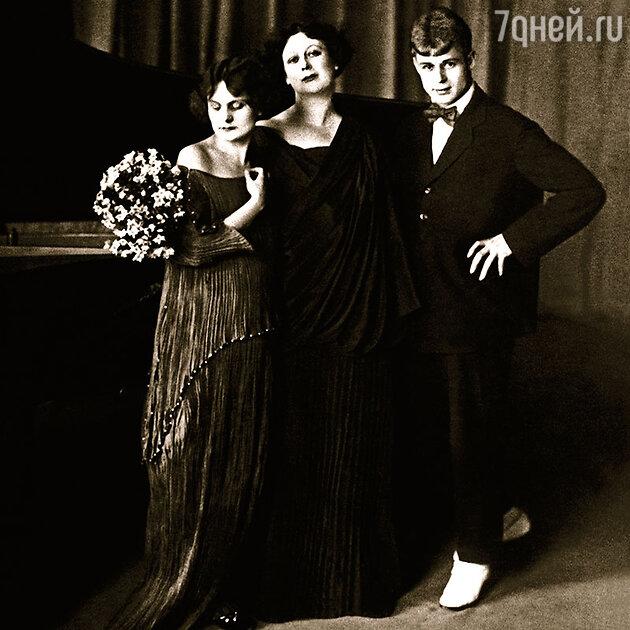 Айседора Дункан и Сергей Есенин. Слева - любимая ученица Ирма