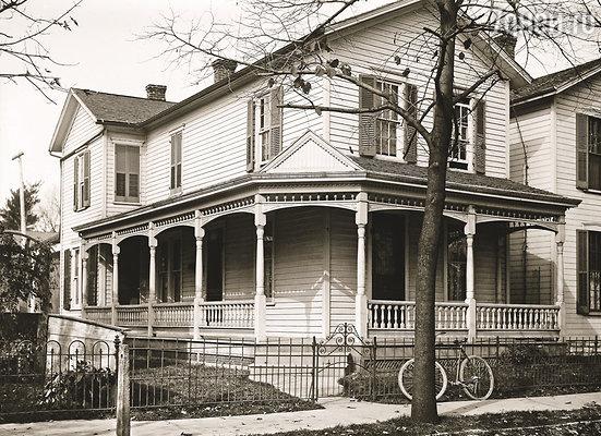 Братья выросли, но по-прежнему жили в отцовском доме, ремонтировали велосипеды и не помышляли о женитьбе. Все их помыслы занимали самолеты... Дом Райтов, 1900-е годы