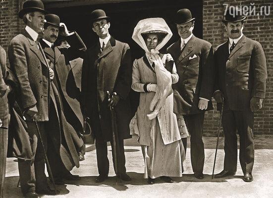 Катарина Райт (в центре) пожертвовала всем, чтобы ее братья Орвилл и Уилбер (рядом с ней) могли продолжать свои эксперименты