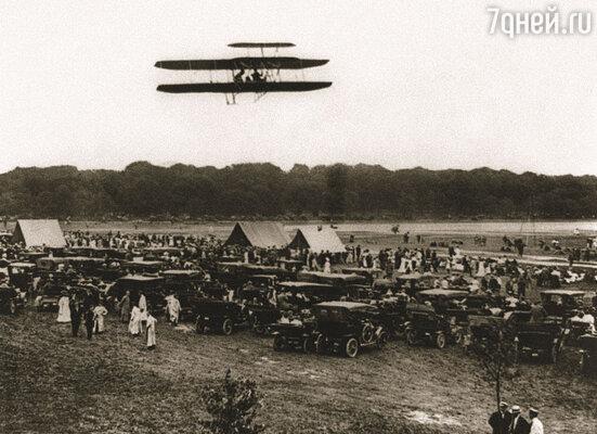 27 июля 1909 года самолет братьев Райт с Орвиллом и лейтенантом Ламом на борту пролетел 500 миль со скоростью 60 миль в час. Это было грандиозное событие