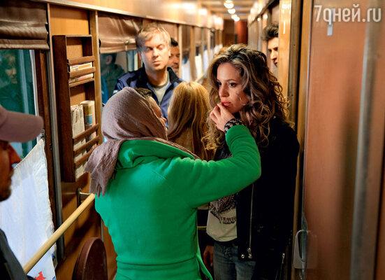 Снимаются сцены в поезде Москва— Владивосток: партнерше Сергея Маргарите Левиевой поправляют грим