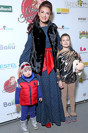 Эвелина Блёданс с сыном и участницей конкурса любительского фигурного катания