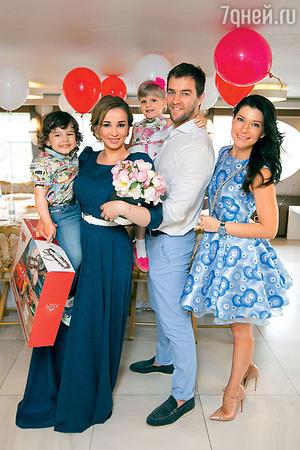 Анфиса Чехова с сыном Соломоном и  гостями — Екатериной Волковой, ее мужем Андреем Карповым и их дочкой Лизой
