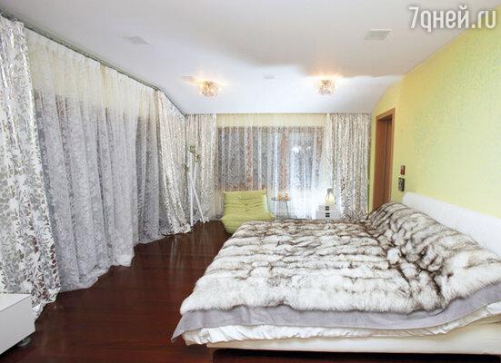 Для дочери Ирина оборудовала целый этаж. В спальне Алисы